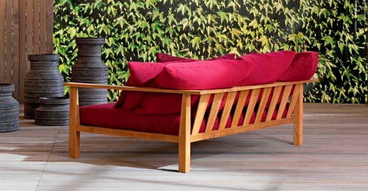 Divano da giardino in legno con cuscini rossi