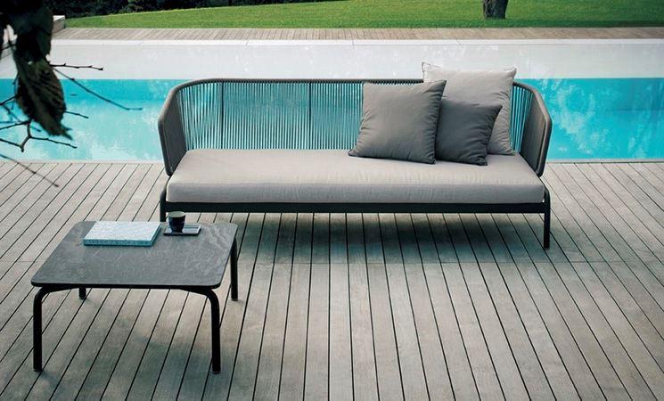 Un divano da giardino moderno realizzato in metallo