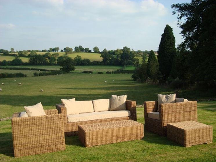 Salotto con divani da giardino