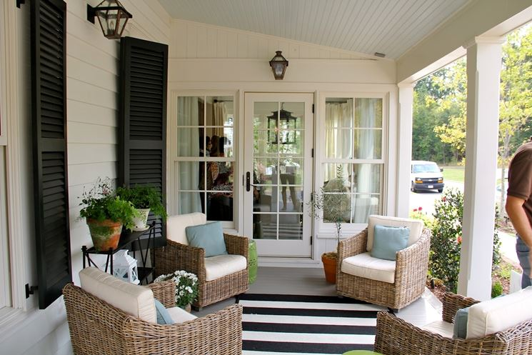 Una veranda arredata con un salotto in rattan