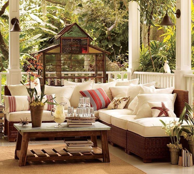Fantastica combinazione per terrazzo, con legno e vimini come protagonisti principali