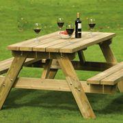 Tavolo legno rustico con vino