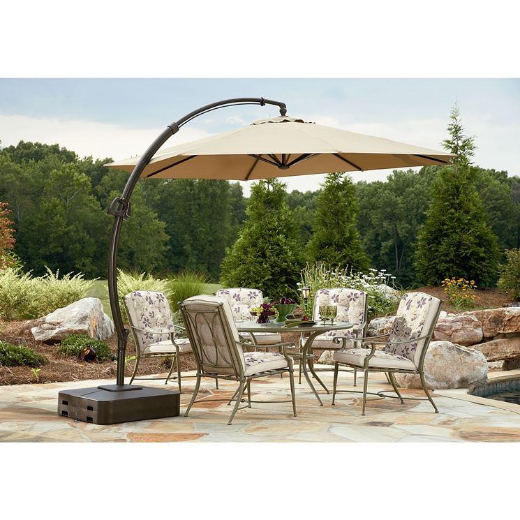 Un ombrellone da giardino con struttura solida in metallo