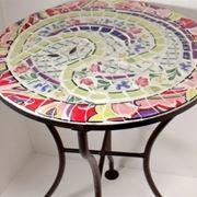 Tavolo da giardino a mosaico
