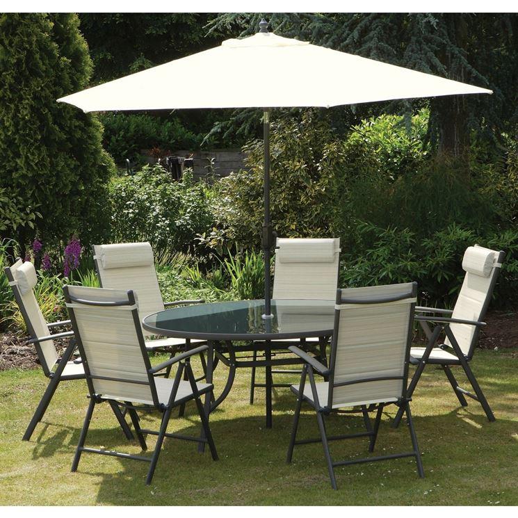 tavolo da giardino con ombrellone