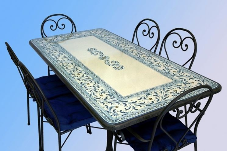 Tavolo da esterno in ceramica