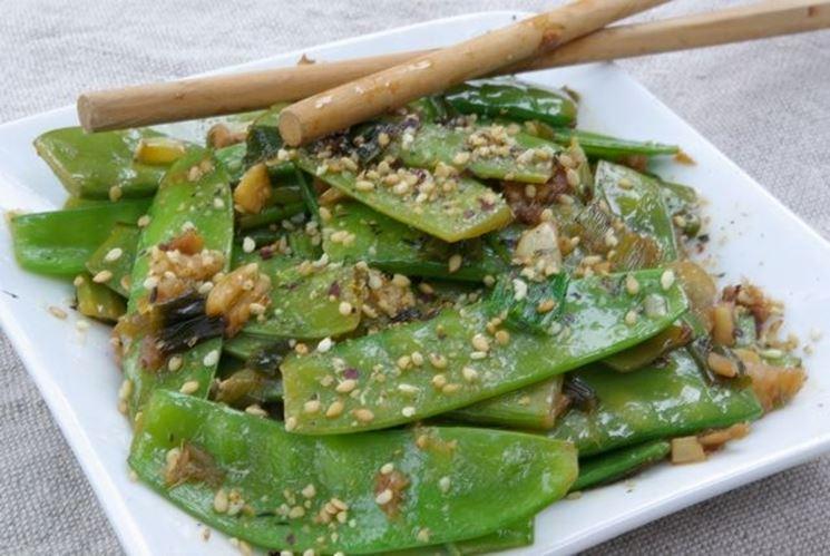 Fagiolini piattoni in insalata con funghi, zenzero e semi di sesamo