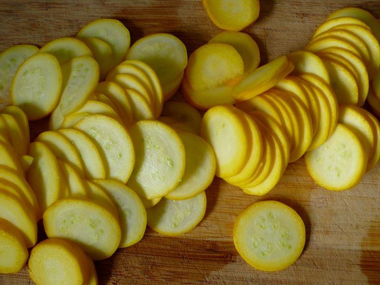 Zucchine gialle affettate pronte ad essere usate in cucina