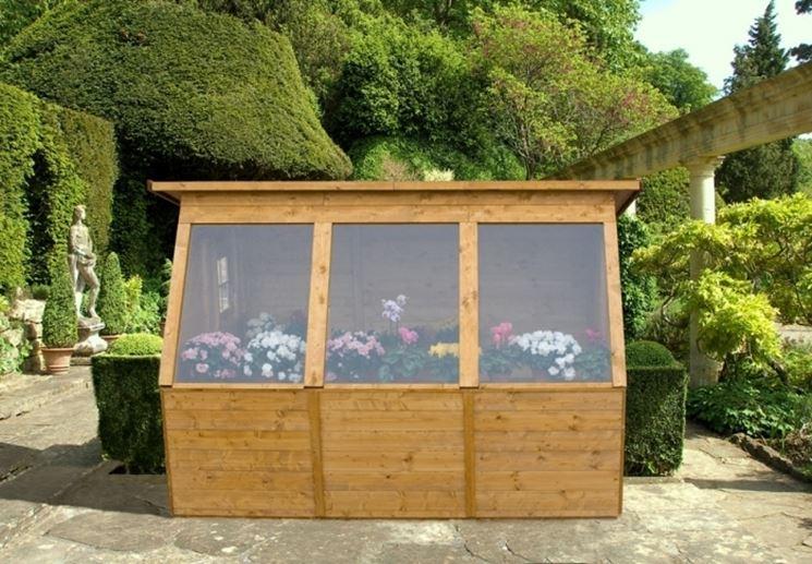 Una serra da giardino in legno