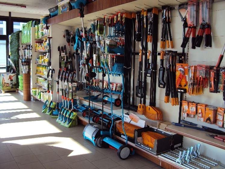 Il reparto di attrezzi da giardino in un negozio Gardena