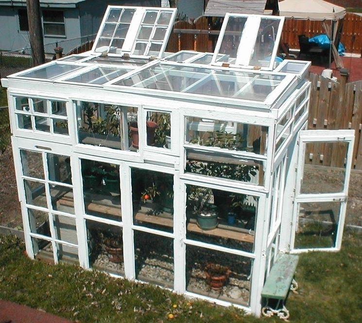 Modello di serra da balcone apribile dall'alto