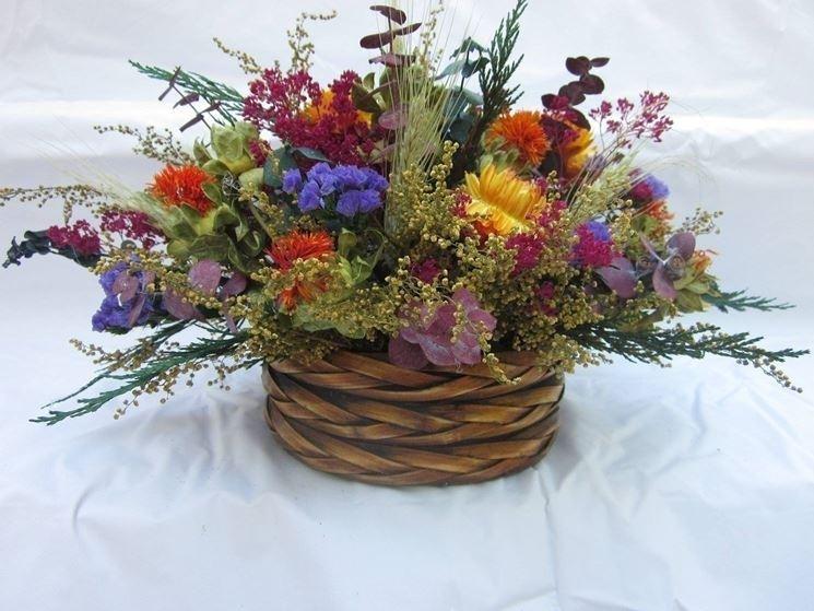 Un bel centrotavola formato da fiori secchi e colorati