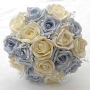 Bouquet di fiori finti con perle. Gli stessi fiori destinati alla sposa possono essere pensati per decorare le vostre bomboniere. Un'idea semplice ed elegante.