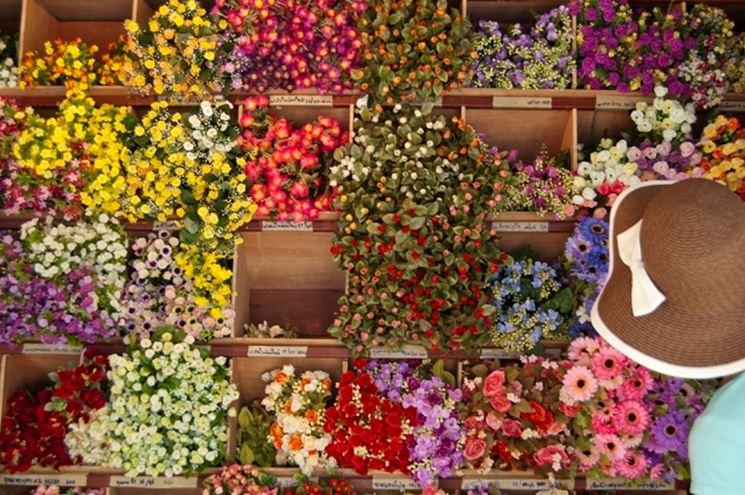 Varietà di fiori finti reperibili nei negozi specializzati.