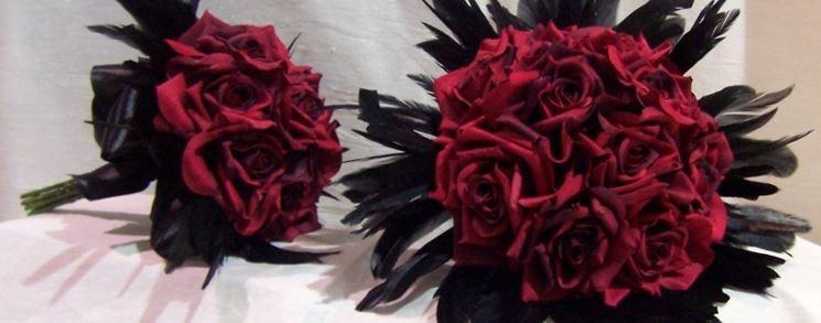 Bouquet di rose rosse in seta nel quale è possibile inserire confetti colorati.