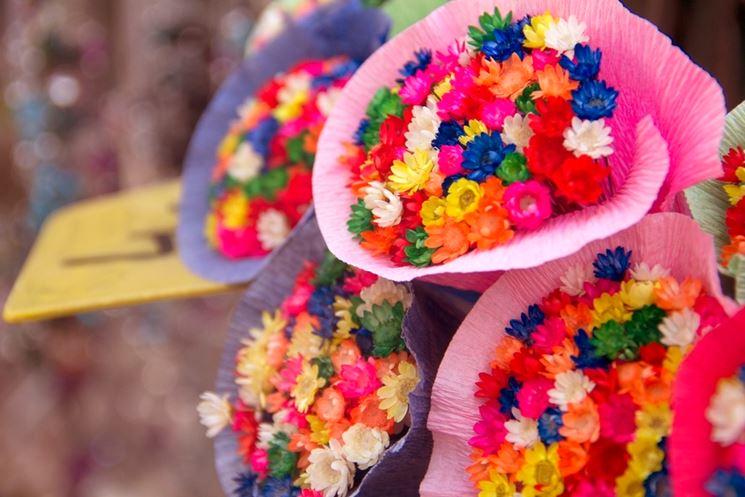 Mille sfumature di fiori finti colorati.