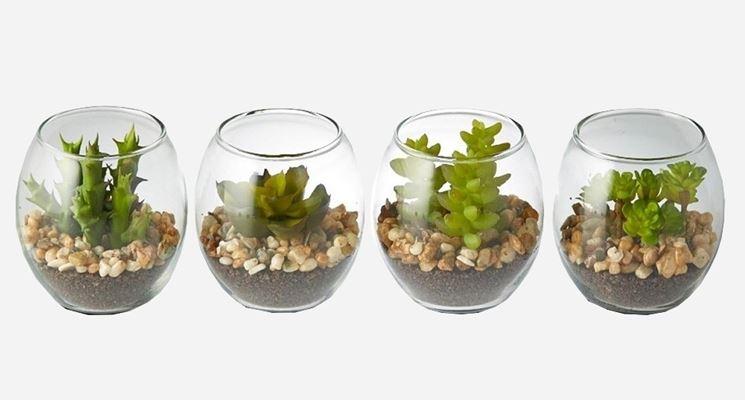 Una piccola composizione di piante grasse finte