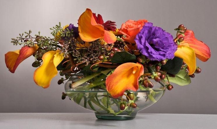 Colorata composizione di calle e fiori di iperico rigorosamente artificiali.