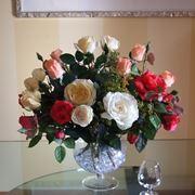 Vaso con fiori finti di rose rosse