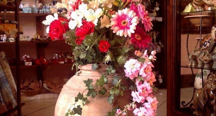 Composizione di vaso con fiori finti