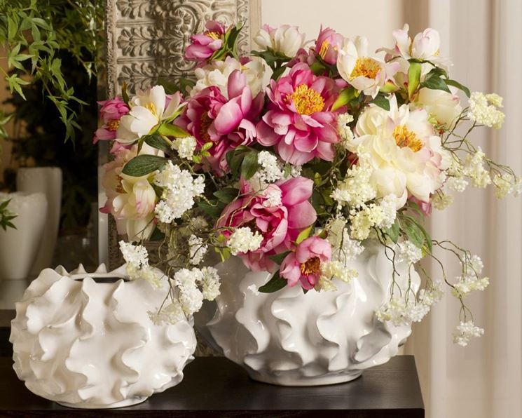 Composizione di vaso con fiori finti sui toni del rosa